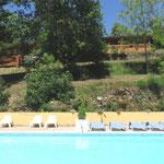 Au-dessus de la piscine à gauche il y a La Vieille et au milieu Le Buste D'or