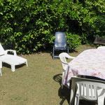 La terrasse au soleil avec le barbecue.
