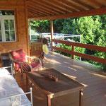 La terrasse avec des endroits au soleil et à l'ombre.
