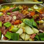 Das Fleisch und Gemüse für Wildfond sind vorbereitet