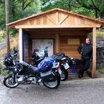 Schutz vor dem Dauerregen in den Bergen