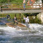 Fahrt auf dem Kronachfluss durch das Nadelwehr in Friesen.