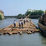 Für den Nachbau eines 80 Meter langen und 9 Meter breiten Mainfloßes verwendete man im Jahre 1986 insgesamt 159 Festmeter Fichtenholz. Dies zeigt, dass in Form eines Floßes riesige Mengen Holz über weite Strecken transportiert werden können.