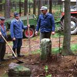 In Absprache mit dem Vermessungsamt und dem Forstamt wurden zusammen mit Feldgeschworenen in den 1980er Jahren historische Grenzsteine des Grenzzuges in der Hängeleite bei Buchbach restauriert und wieder aufgerichtet.