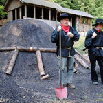 Der Meiler ist für den Brand vorbereitet: er ist mit Spalthölzern gerichtet und luftdicht abgedeckt.