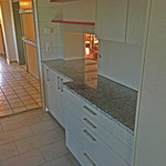 Die moderne Küche verfügt über einen Induktionsherd, zwei Backofen, einen grosszügigen Kühlschrank und einen Industrie-Geschirrspühler