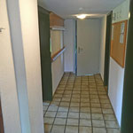 Der Korridor ist mit Anschlagbrett und Garderobe ausgestattet