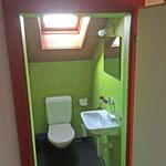 Im 1. Stock befindet sich ein WC mit Brüneli