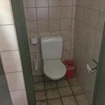 In den zwei Baderäumen sind WC, Dusche und jeweils ein Trog fürs Zähneputzen vorhanden