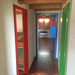 Durch den Korridor gelangt man in die einzelnen, farbig gekennzeichneten Schlafräume