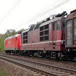 Der Nachschuss gefällt mir bei diesen Bild besser. 145 025 führte als Wagen 180 009 mit nach Leipzig Engelsdorf – Baitz km 60,0 am 16.10.2008