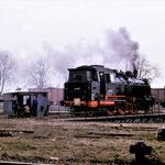 """Am 13.03.1984 gab es noch die Drehscheibe. 64 007 war die letzte Lok die mit ihr gedreht wurde. Es ging nur noch mit Muskelkraft, der elektrische Antrieb war schon defekt. 64 007 war für die DEFA in Belzig – """"Die Geschichte vom Goldenen Taler"""""""