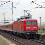 112 108 schiebt ihren Nahverkehrszug Richtung Berlin am 12.08.2010