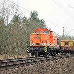 Locon 102 bringt eine sanierte S-Bahn der BR 485 aus den AW Dessau nach Berlin Schöneweide – km 62,6 am 16.03.2011