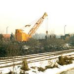 Ein EDK 80 ladet Teile für die Elektrifizierung des Bahnhofes ab