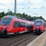 Am 25.07.2015 Zugkreuzung Borkheide Bahnsteig  - 442 824 und 442 318