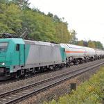 Die Privatbahnen bringen farbliche Abwechselung in den Fuhrpark. 185 576 am 09.10.2017