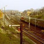 Ein Blick von der Fuhrwerksbrücke in Richtung Bahnhof aus den 80er Jahren, mit Einfahrt eines Personenzuges.