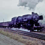 52 8018 hat Ausfahrt auf der Städtebahnseite nach Brandenburg – rechts befindet sich jetzt das Gelände der Belziger Eisenbahnfreunde
