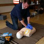 Herr Kling bei der Herzdruckmassage