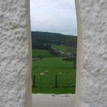 白壁の小さな窓(穴)からはこんな風景が。