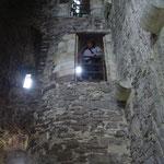 中には大きな広間があって、その端に螺旋階段があり、各階に登れる。 この広間は上階まで吹き抜けになっていて、 螺旋階段の途中にある窓から広間を覗ける。