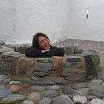 城の中に入ると温泉に入っている日本人を見つけ、