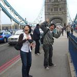 住んでしまうと意外と行かないのが観光。 ロンドンステイの折り、僕はタワーブリッジを見に行かなかった。 ロンドンで合流したハナコと「ロンドン橋落ちたぁ!」の図。 ちなみにロンドンブリッジは、この隣の橋。 何の関係もなかった・・・(惨)