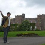 こちらはスクーン宮殿。パースの郊外にあります。 ここにはスコットランドの祖ピクト人が持ちこんだとされる「運命の石」があり、 この石に座ってスコットランドの王位の継承、すなわち「戴冠式」が行われたとのことです。