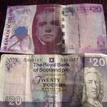 そしてスターリング郊外のちょっとリッチなホテルでスコットランドの旅を終えた。 スコットランドには、イギリスポンドと同じ貨幣価値のスコットランド紙幣がある。 スコットランドではもちろん使えるが、たとえばロンドンなどでも場所によっては使える。 ロンドンでは使えないと思って、使い切ろうと頑張ったのに、 最後の最後でおつりでいっぱいもらってしまったのだった。  エディンバラの空港からロンドンへ!いよいよイギリスの旅も後2日。