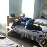 兵士用のベットで寝ている日本人に出会いました。(愚
