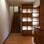 玄関。来客対応用や郵便処理のための小物収納と飾り棚がある。