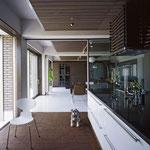 モーニングルームとしても使える厨房。床のコルクは13ミリ。非常に暖かくかつ、滑りにくい優れものだ。