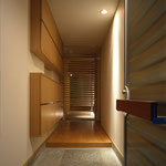 玄関 少しでも室内を広く取るため、下足入れは壁に埋め込む。