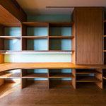 強いご要望だった図書室。できる限りの棚を配した。窓前にも棚。