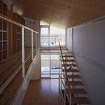 吹抜けの階段を上がると、子供室