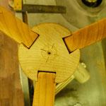 Shakertisch machen: eingesetzte Beine mit Schwalbenschwanz