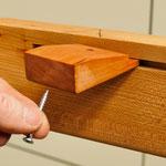 """Nutklötze verbinden Tischplatte und Untergestell - halten die Platte auf den Tischzargen gerade und lassen sie """"arbeiten"""""""