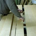 Shakertisch machen: sorgfältige Zusammenstellung des Holzes für die Tischplatte