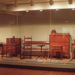 gr. Vitrine mit Shakermöbeln und diversen Gebrauchsgegenständen der Shaker