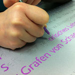 Händisches Auslegen der Buchstaben mit Farbe