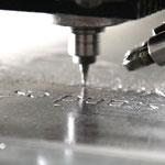 Die Machine graviert die Platte gemäß Ihren Vektordaten