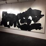 画家・渡邊佐和子さんの作品。一気呵成に描かれた身体性を感じさせる作品。文字ではないという。