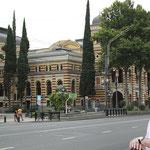 Teatro Nacional de la Opera de Tbilisi y jardines