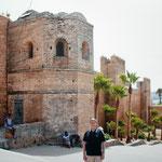 junto a la muralla almohade de Rabat