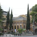 frente al Teatro Nacional de la Opera de Tbilisi