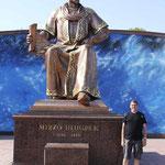 junto al monumento a Ulugh Beg en la entrada al Observatorio homonimo en Samarkanda