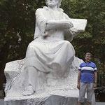 junto a la escultura de M Sayran en Yerevan