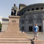 Tumanyan junto a la Opera de Erevan