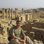 junto al Cardo Maximo de las ruinas grecorromanas de Jerash -Jordania